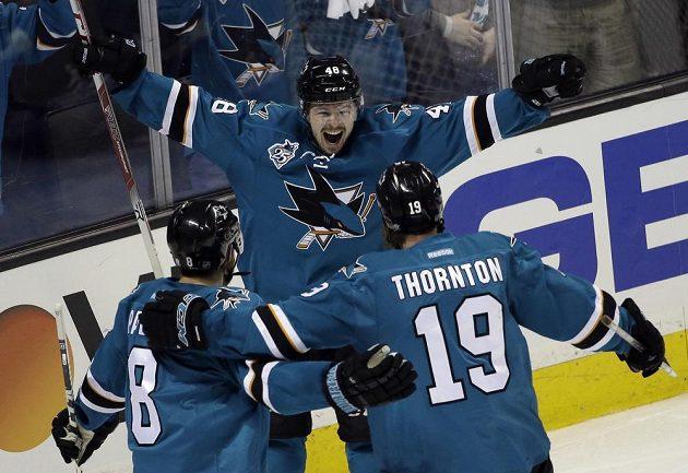Radost elitní formace Žraloků - uprostřed střelec Tomáš Hertl, k němu přijíždějí Joe Thornton (19) a Joe Pavelski (8). Kanaďan i Američan si připsali po dvou gólových přihrávkách.