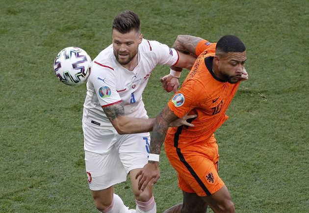 Nizozemsská hvězda Memphis Depay v péči českého stopera Ondřeje Čelůstky v osmifinále EURO.