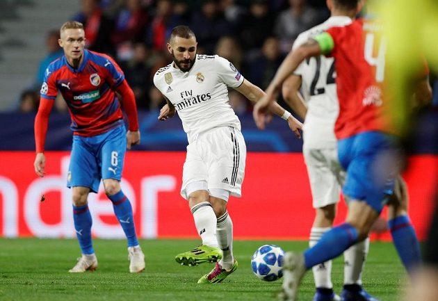 Karim Benzema z Realu dává první gól Plzni.