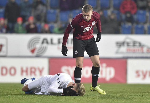 Zleva Jan Kuchta ze Slovácka a Eldar Čivič ze Sparty. Po této situaci Slovácko kopalo penaltu.