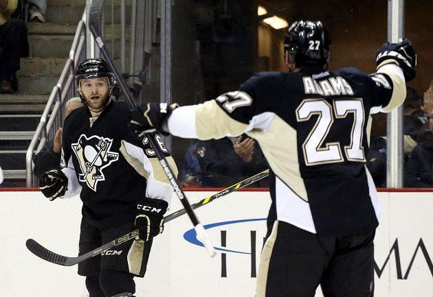 Hokejisté Pittsburghu slaví gól proti Tampě. Vlevo je útočník Bryan Rust, vpravo pak křídelník Craig Adams.