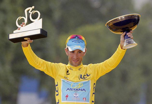 Nejlepší cyklista Tour de France 2014 Vincenzo Nibali s trofejemi.