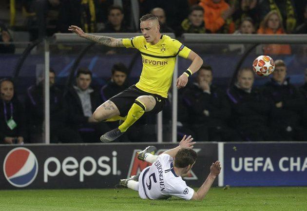 Obránce Tottenhamu Jan Vertonghen se skluzem snaží zastavit útočníka Dortmundu Mariuse Wolfa.