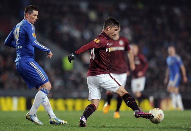 Lukáše Váchu ze Sparty (vpravo) sleduje útočník Chelsea Fernando Torres.