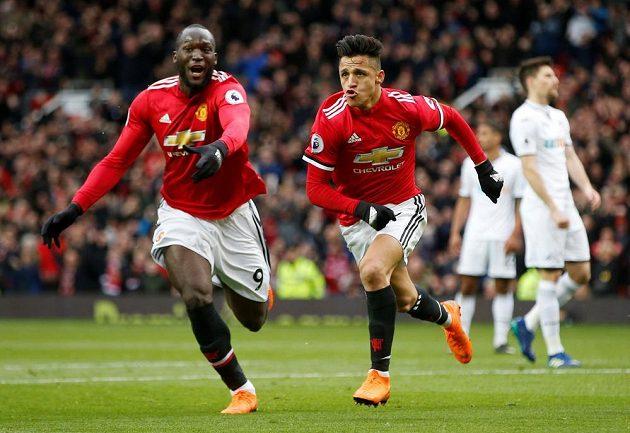 Zleva Romelu Lukaku a Alexis Sánchez, střelci Manchesteru United v duelu se Swansea.
