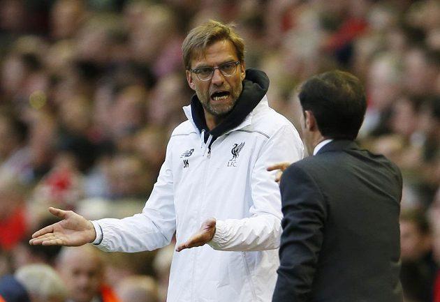 Kouč Liverpoolu Juergen Klopp hovoří s trenérem Marcelinem Garciou Toralem z Villarrealu v odvetě semifinále Evropské ligy.