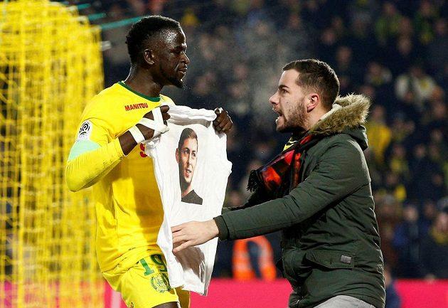 Smutek v Nantes. Fanoušci i hráči z Nantes vzdali hold bývalému fotbalistovi klubu Emilianu Salovi, který zmizel při letu do nového působiště v Cardiffu.