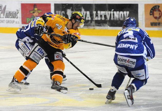 Litvínovský Karel Kubát se ocitl mezi dvojicí brněnských hráčů - za ním Petr Ton, vpravo další hráč Komety Michal Kempný.