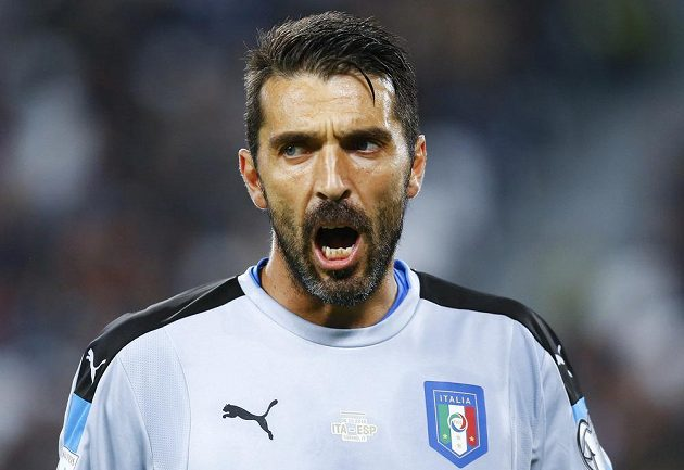 Italský gólman Gianluigi Buffon v utkání proti Španělsku.