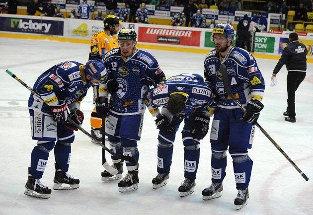 Hokejisté Brna odvážejí z ledu zraněného spoluhráče Tomáše Malce (druhý zprava).
