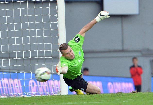 Brankář Ondřej Kolář z Liberce dostává gól z penalty od sparťana Bořka Dočkala.
