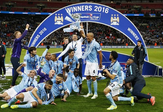 Fotbaliaté Manchesteru City slaví zisk Ligového poháru.