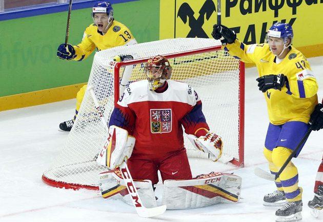 Švédové Mattias Janmark (13) a Hampus Lindholm se radují z gólu proti Česku.