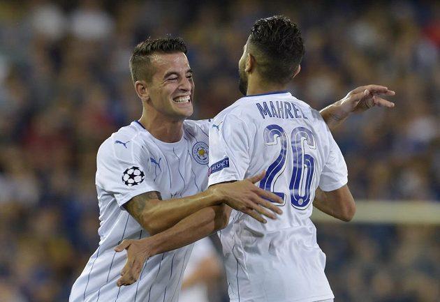 Rijád Mahríz (zády) dal v úvodním vystoupení Leicesteru v Lize mistrů dva góly. Na snímku se raduje s Luisem Hernandezem.