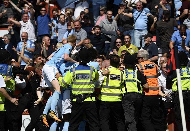 Bujará oslava hráčů hráčů Manchesteru City po brance Raheema Sterlinga v nastaveném čase.