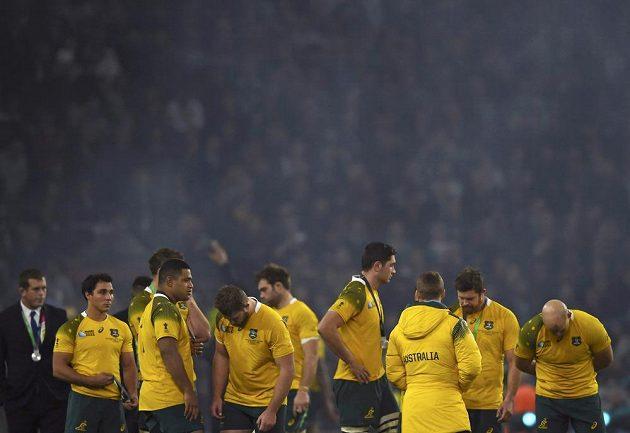 Zklamaní ragbisté Austrálie po prohře s Novým Zélandem ve finále MS.