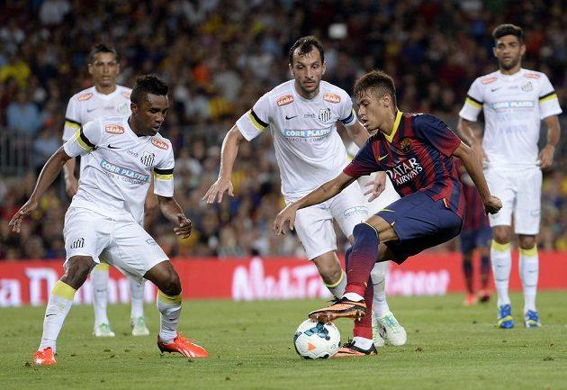 Brazilec Neymar v souboji s jeho bývalými spoluhráči ze Santosu.