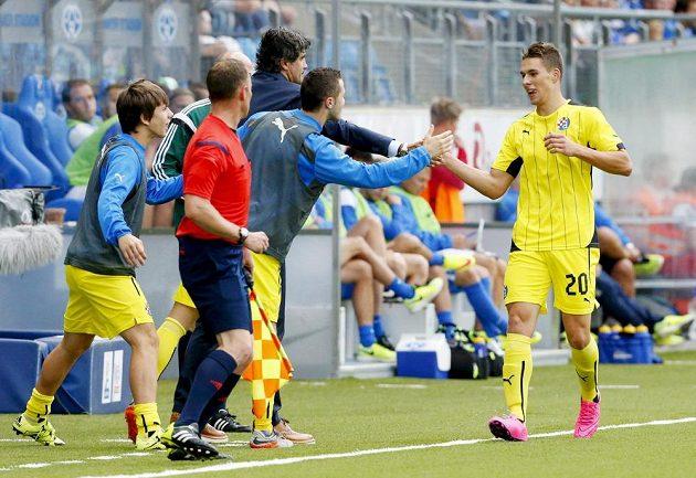Útočník Dinama Záhřeb Marko Pjaca slaví se spoluhráči gól v síti Molde.