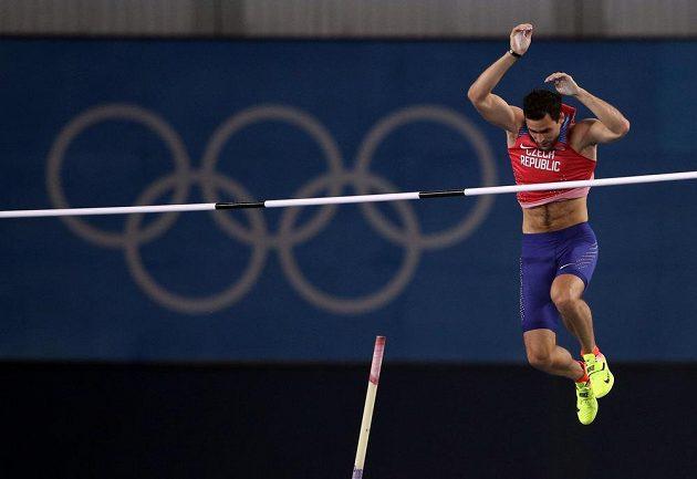 Tyčkař Jan Kudlička překonává ve finále laťku ve výšce 550 cm.