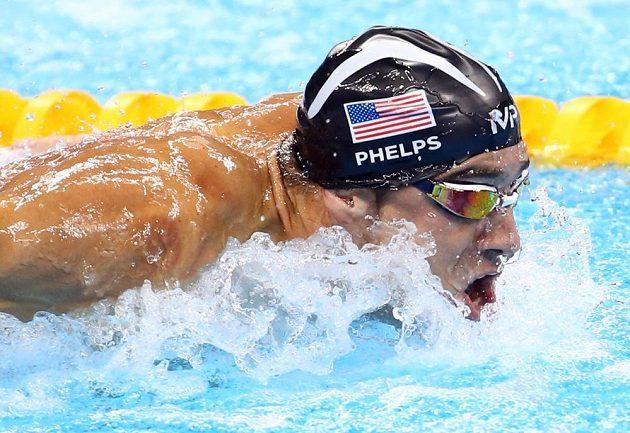 Americký fenomenální plavec Michael Phelps během štafety na 4x100 metrů.