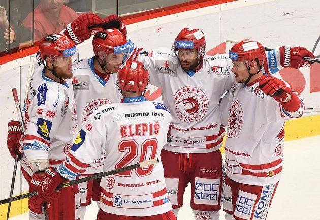 Třinečtí hokejisté se radují z gólu proti Vítkovicím.