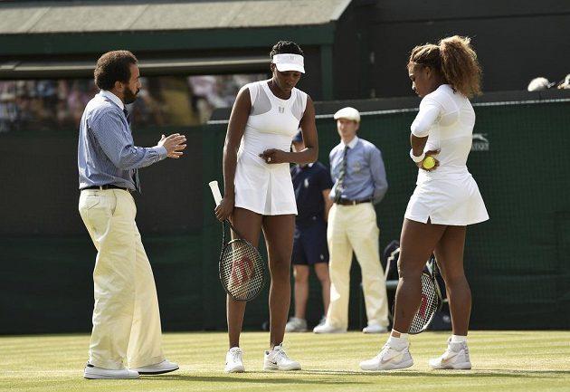 Hlavní rozhodčí zápasu Kádir Núní hovoří se Serenou (vpravo) a Venus Williamsovými.