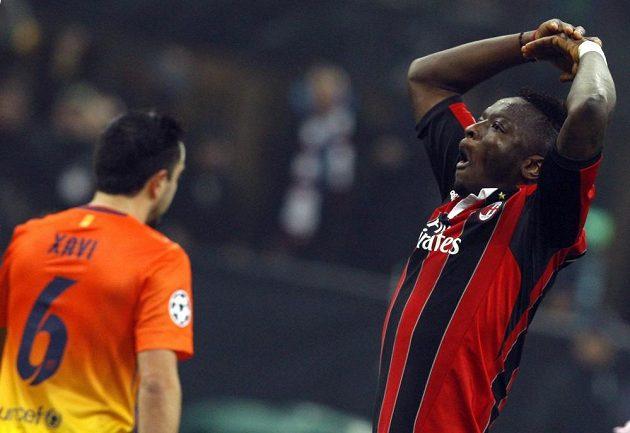Sulley Muntari z AC Milán se raduje z gólu. Vlevo smutně odchází barcelonský Xavi.