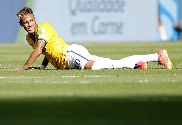 Brazilec Neymar se sbírá z trávníku v osmifinálovém duelu MS proti Chile.