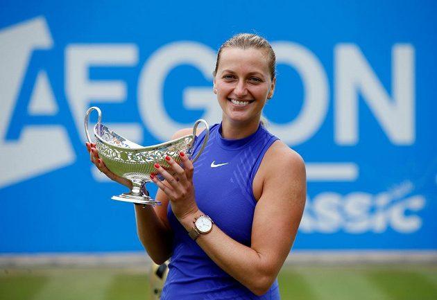 Petra Kvitová pózuje s trofejí pro vítězku turnaje v Birminghamu.