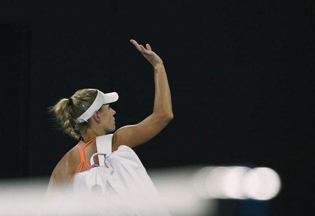 Nasazená jednička Angelique Kerberová se loučí s fanoušky po prohře s Američankou Coco Vandewegheovou.