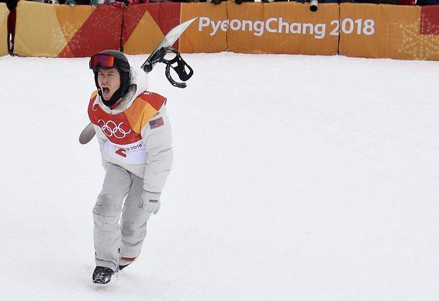 Zlatá euforie. Poslední finálovou jízdou rozhodl americký snowboardista Shaun White o svém triumfu v U-rampě a slaví třetí olympijské zlato.