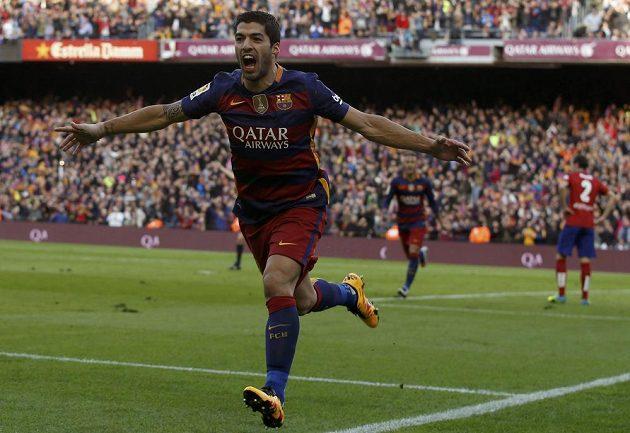 Barcelonský útočník Luis Suárez slaví svůj gól proti Atlétiku Madrid.