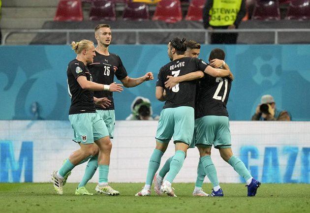 Rakouská radost. Stefan Lainer slaví na fotbalovém EURO gól v síti Severní Makedonie.