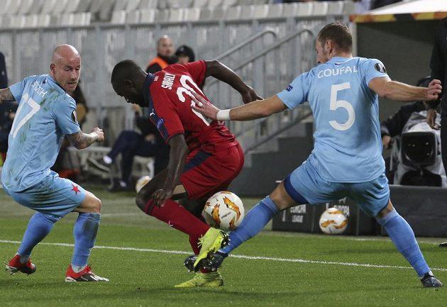 Fotbalista Bordeaux Youssouf Sabaly se zkouší prosadit mezi slávisty Vladimírem Coufalem a Miroslavem Stochem během utkání Evropské ligy.
