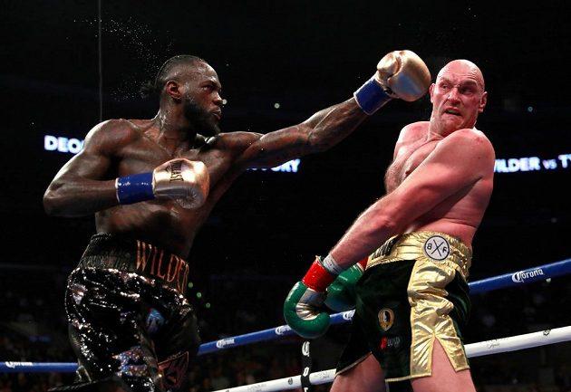 Deontay Wilder (vlevo) proti Tysonovi Furymu udržel boxerský titul organizace WBC.