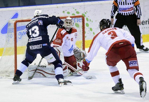 Zleva Václav Nedorost z Plzně, brankář Olomouce Branislav Konrád a David Škůrek z Olomouce.