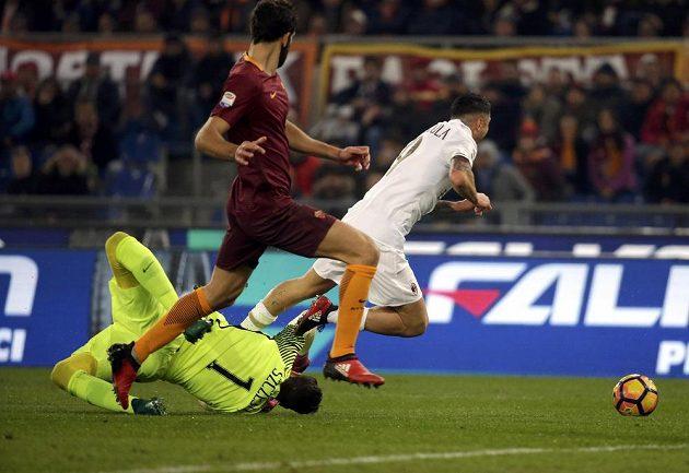 Útočník AC Milán Gianluca Lapadula padá v pokutovém území po souboji s gólmanem AS Řím Wojciechem Szczęsnym.
