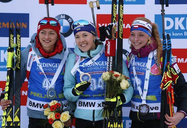 Šťastná Markéta Davidová (vpravo) na stupních vítězů
