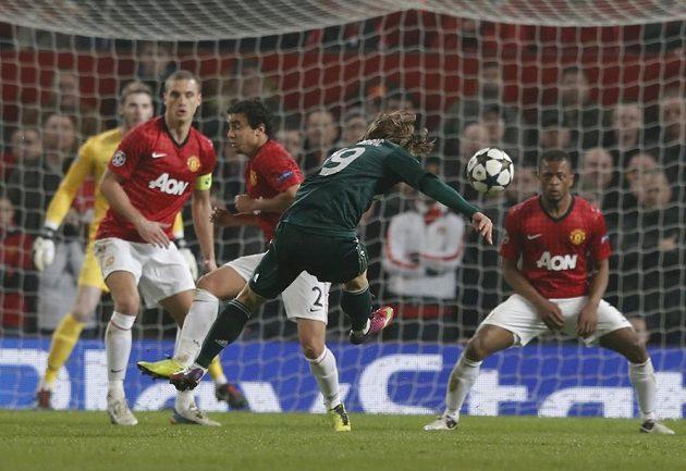 Záložník Realu Luka Modrič střílí gól do sítě Manchesteru United.