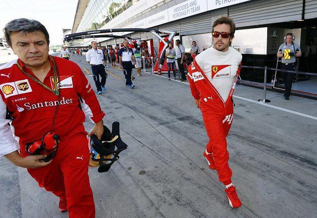 Španěl Fernando Alonso na procházce v boxech během VC Itálie.