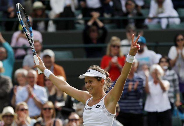 Slovenka Jana Čepelová se ve Wimbledonu raduje ze senzačního skalpu světové dvojky.