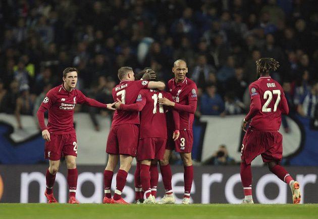 Fotbalisté Liverpoolu slaví gól v odvetě čtvrtfinále Ligy mistrů na hřišti Porta.