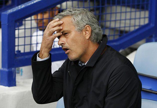 Kouč Chelsea Jose Mourinho při zápase na hřišti Evertonu.