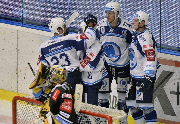 Plzeňští hráči se radují z prvního gólu proti Litvínovu, který dal Ondřej Kratěna (druhý zleva).