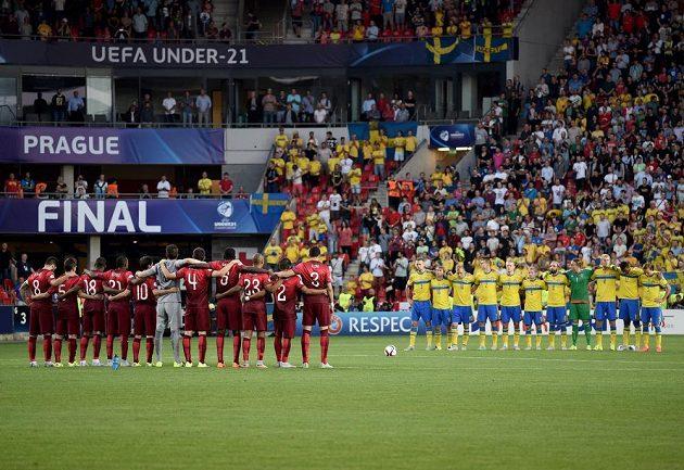 Týmy Portugalska (vlevo) a Švédska během minuty ticha za zesnulého legendárního fotbalistu Josefa Masopusta před začátkem finále ME hráčů do 21 let.