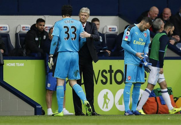Arséne Wenger vyprovází ze hřiště zraněného Petra Čecha. Na hřiště se chystá náhradník Ospina.