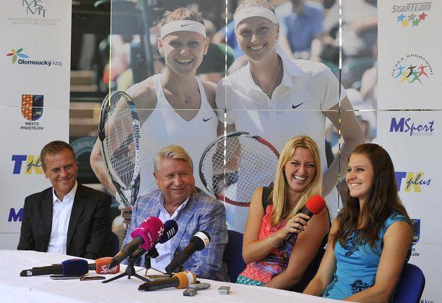 Prostějovské setkání s dvojnásobnou vítězkou tenisového Wimbledonu Petrou Kvitovou (druhá zprava) a semifinalistkou turnaje Lucií Šafářovou (vpravo). Na snímku vlevo je hejtman Olomouckého kraje Jiří Rozbořil, druhý zleva šéf společnosti TK PLUS Miroslav Černošek.