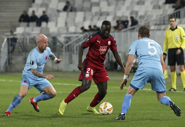 Fotbalista Bordeaux Youssouf Sabaly (uprostřed) se snaží prosadit mezi slávisty Miroslavem Stochem (vlevo) a Vladimírem Coufalem během utkání Evropské ligy.