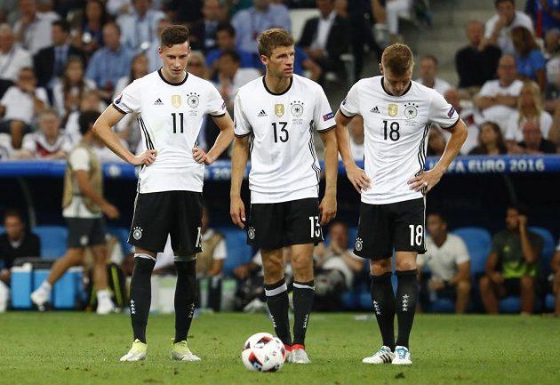 Zklamaní němečtí fotbalisté Julian Draxler (vlevo), Thomas Müller (uprostřed) a Toni Kroos.