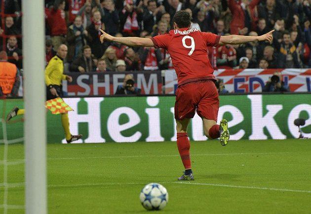 Kanonýr Bayernu Robert Lewandowski slaví gól proti Arsenalu v utkání Ligy mistrů.